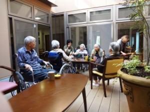 ④特養イメージ写真中庭でお茶1